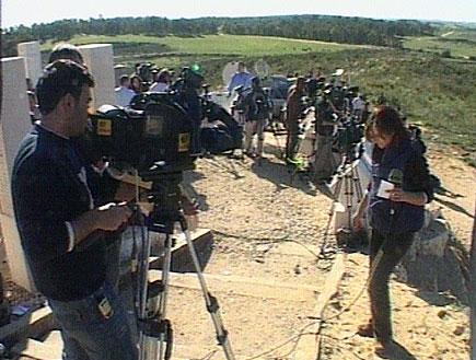 """העיתונאים מדרימים ל""""גבעת התקשורת"""" (תמונת AVI: חדשות)"""