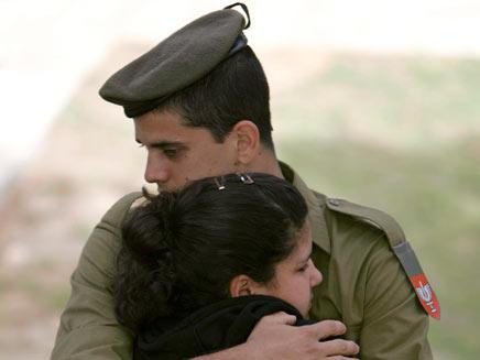 """חייל צה""""ל ואזרחית (צילום: רויטרס)"""
