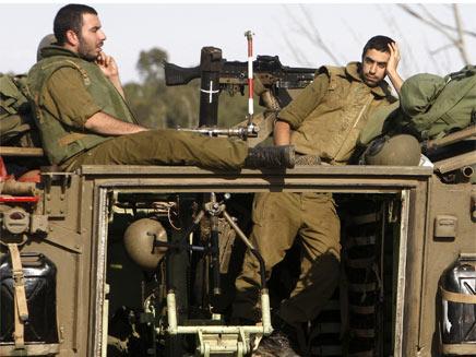 חיילים נחים על נגמש (צילום: חדשות 2)