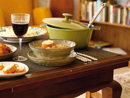 """מרק בצל ותפוזים (צילום: דניה ויינר, """"האוצר"""", על השולחן)"""