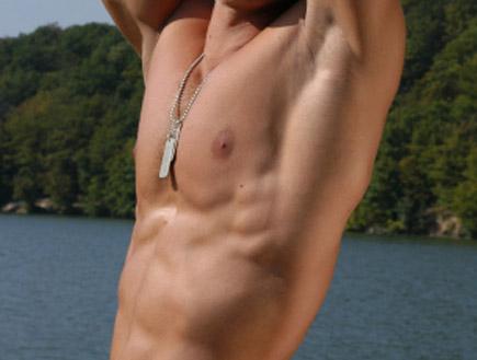 גבר בלי חלק עליון (צילום: wrangel, Istock)