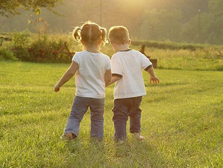 ילדה וילד אוחזים ידיים (צילום: istockphoto)