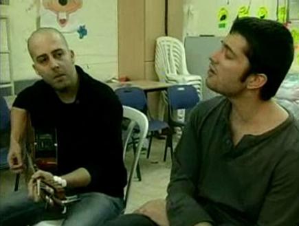 רן דנקר ועילי בוטנר במקלט בשדרות (צילום: ערוץ 24)