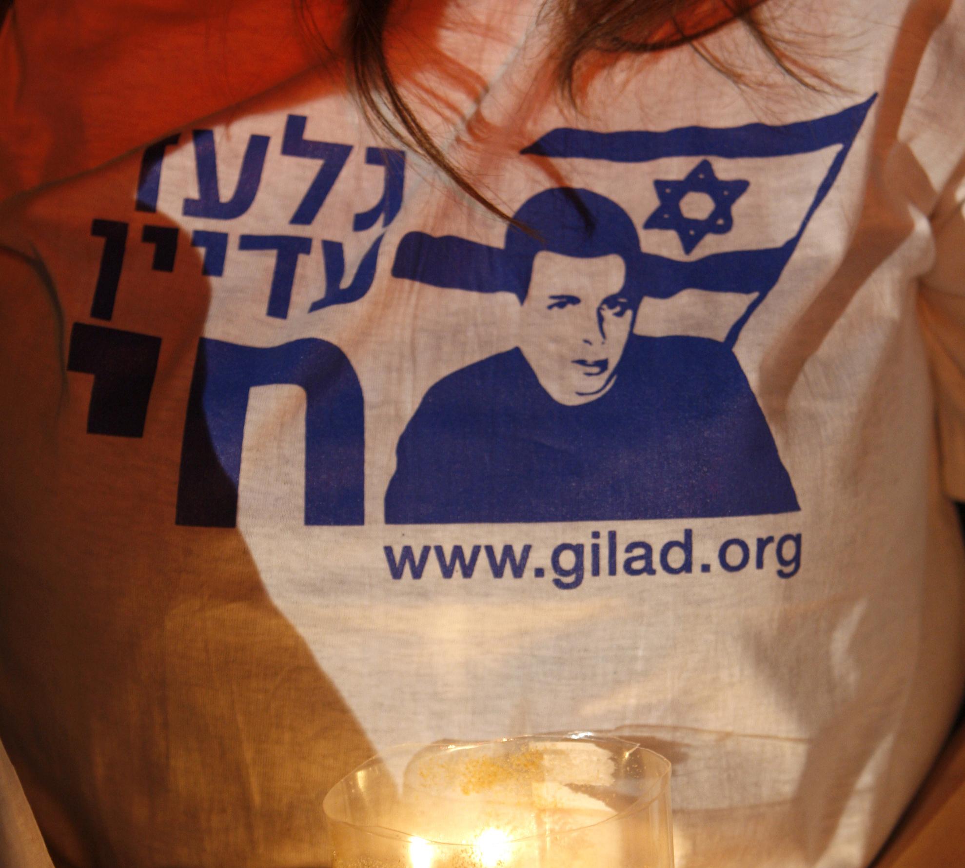גלעד עדיין חי. ועכשיו גם בבית (צילום: רויטרס)