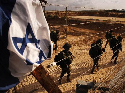 חיילי צהל בעזה עם דגל ישראל (צילום: רויטרס)