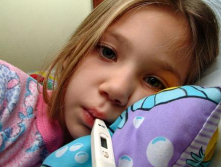 ילדה עם מדחום (צילום: Ronald Bloom, Istock)