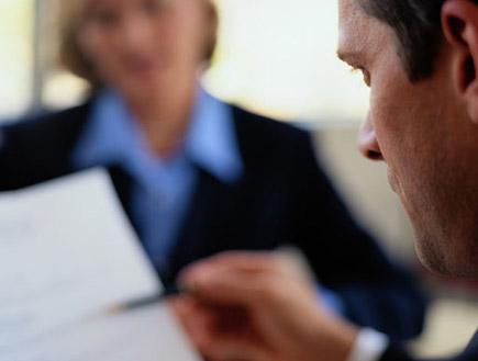 גבר ואישה מנהלים ראיון עבודה (צילום: Ryan McVay, GettyImages IL)