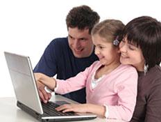 ילדה מול מחשב