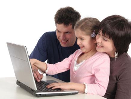 ילדה מול מחשב (צילום: PIKSEL, Istock)