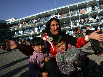 תושבת עזה עם ילדיה (צילום: אימג'בנק - gettyimages)