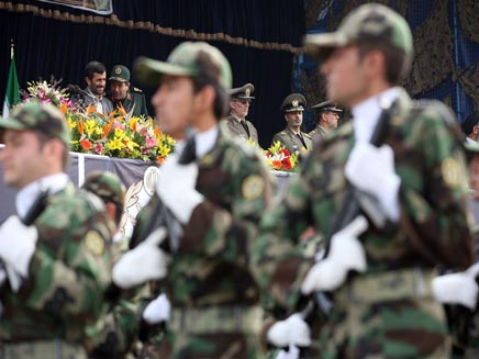 חיילים אירנים במצעד צבאי, אחמדינג'אד ביציע (צילום: אימג'בנק - gettyimages)