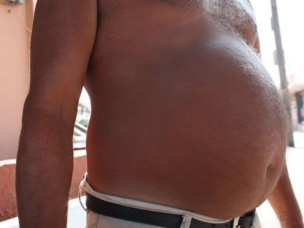איש שמן ללא חולצה (צילום: חדשות 2)