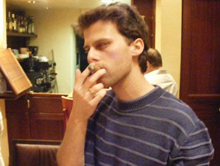 מעשן סיגר (צילום: יהונתן זילבר)