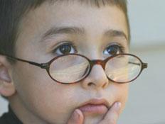 ילד ממושקף מנסה להזכר