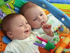 שני תינוקות בפעוטון