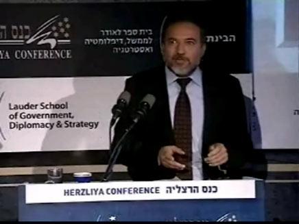 אביגדור ליברמן נואם בכנס הרצליה (צילום: חדשות 2)