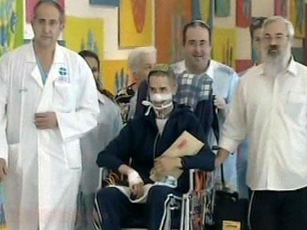 אהרון קרוב יוצא מבית החולים (צילום: חדשות 2)