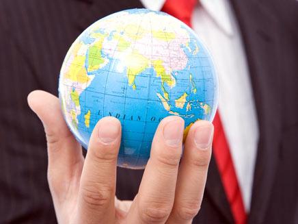 יד מחזיקה בגלובוס העולם (shutterstock) (צילום: חדשות 2)