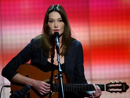 קרלה ברוני מנגנת על גיטרה (צילום: Vittorio Zunino Celotto, GettyImages IL)