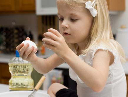 ילדה מחזיקה ביצה (צילום: jaqy, Istock)