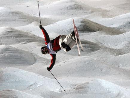 גולש על רקע הררי שלג (צילום: Jed Jacobsohn, GettyImages IL)