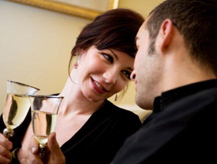 זוג משיק כוסות שמפניה (צילום: diego_cervo, Istock)
