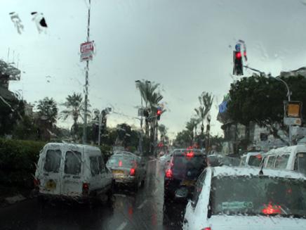 מכוניות בכביש ביום חורף, מכוניות,כביש,רטוב,יום