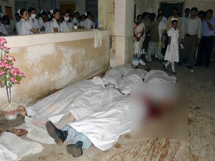 גופות ההרוגים ההודים (צילום: רויטרס)
