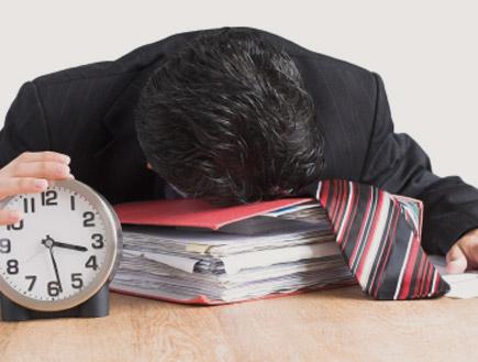 ישן במשרד (צילום: surely, Istock)