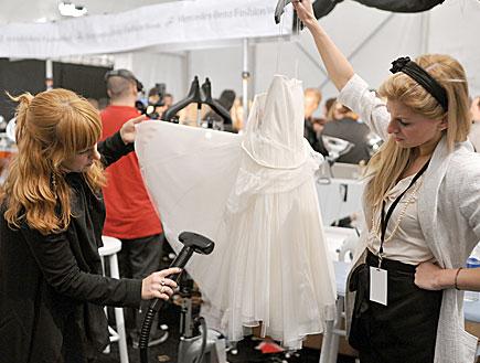 מגהצים שמלה - מאחורי הקלעים של שבוע האופנה ניו יור (צילום: Bryan Bedder, GettyImages IL)