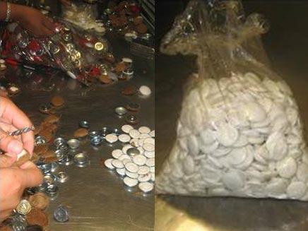 תפיסת סמים שהוברחו בכפתורים (דוברות המשטרה) (צילום: דוברות משטרת ישראל)