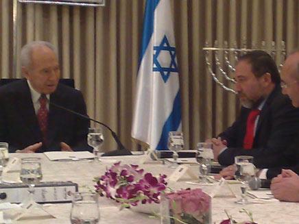 ליברמן והנשיא פרס, היום (צילום: חדשות2)