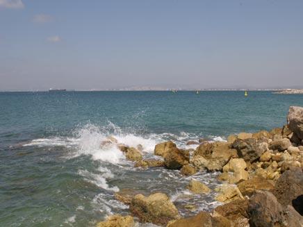 ילד טבע בים בטיול כיתתי בחוף ללא מציל (צילום: חדשות 2)