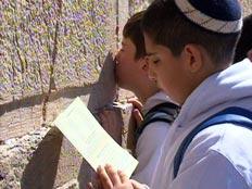 ילדים מתפללים בכותל המערבי (חדשות 2)
