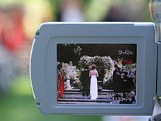 חתן וכלה מבעד למצלמת וידאו (צילום: Nathan Watkins, Istock)