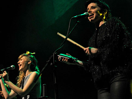 כוורת מופע זמרות איה כורם ואמילי קרפל (צילום: רועי ברקוביץ')