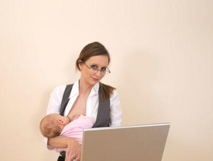 אשה מניקה וגולשת במחשב נייד (צילום: rudikennard, Istock)
