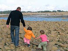 אב מטייל עם שני ילדיו (צילום: istockphoto)