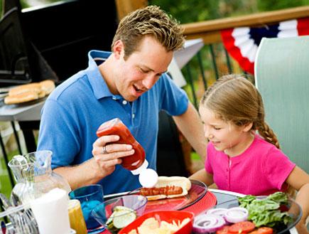 אב ובתו אוכלים (צילום: istockphoto)