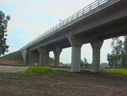 בגשר בבינימינה לא מוביל לשום מקום (תמונת AVI: חדשות)