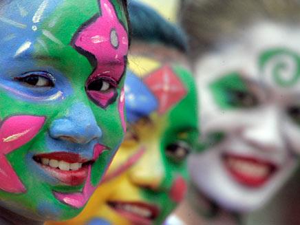 ילדות עם פנים מאופרות (רויטרס) (צילום: רויטרס)