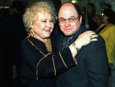ג'ורג' קוסטנזה ואמא שלו (צילום: Kevin Winter, GettyImages IL)