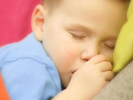 ילד מוצץ אצבע (צילום: istockphoto)