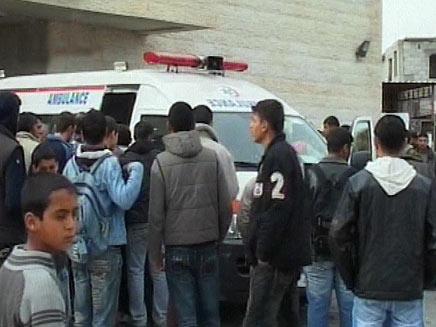 """פצוע בעזה לאחר תקיפת צה""""ל מובל לטיפול (צילום: ramattan)"""