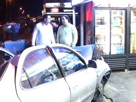 תאונת דרכים - רכב שנכנס עם רכבו בתוך קיוסק (צילום: חדשות 2)