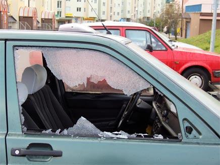 רכב עם חלון מנופץ - פריצה לרכב , אילוסטרציה (צילום: Marc Bruxelle, Shutterstock)