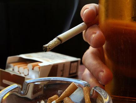 יד אוחזת בחפיסת סיגריות (צילום: Matt Cardy, GettyImages IL)