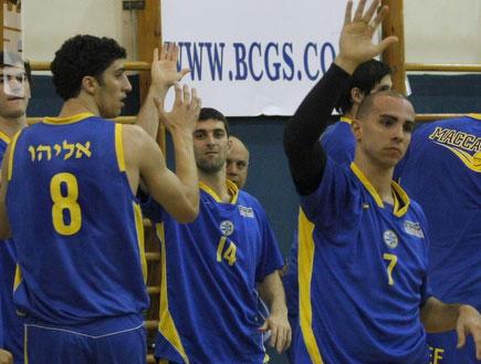 שחקני מכבי חוגגים נגד גבעת שמואל (צילום: אמיר לוי, מערכת ONE)