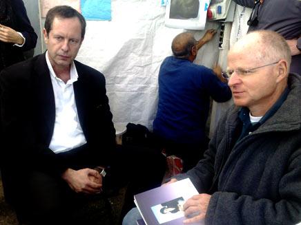 נועם שליט ואופיר פז פינס באוהל המחאה (צילום: יוסי זילברמן)