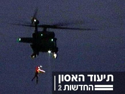 הפצוע מהמוקש נופל מהמסוק (רז הלווינג, ערוץ 1) (צילום: רז הלווינג , באדיבות ערוץ 1)